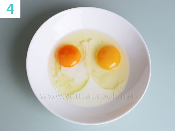 Eier und Milch zusammen schlagen