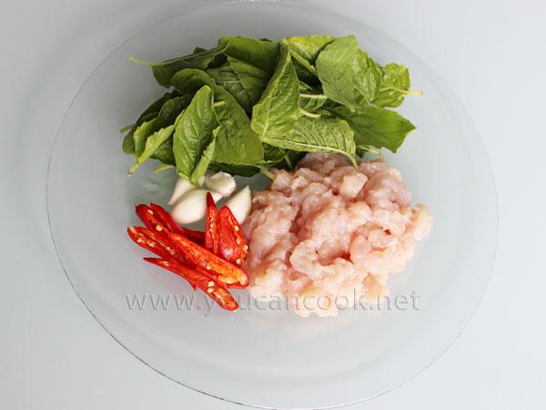 Zutaten für Gebratenes Hähnchen mit Königsbasilikum - Pad Gra Prao Gai