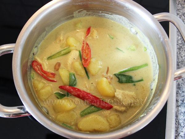 Gemüse ins Hähnchen Curry dazugeben