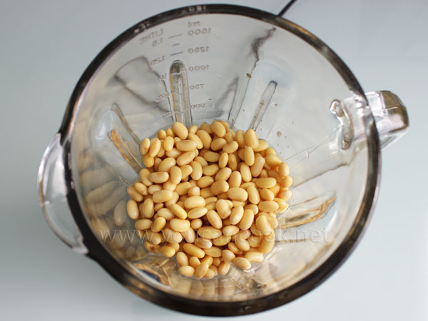 Sojabohnen in den Mixer geben