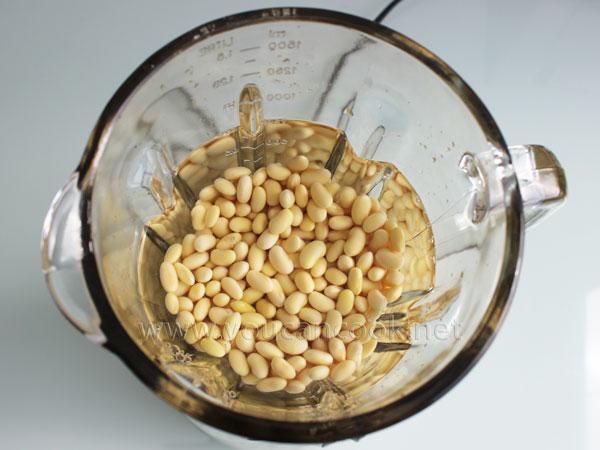 Sojabohnen und Wasser in den Mixer geben