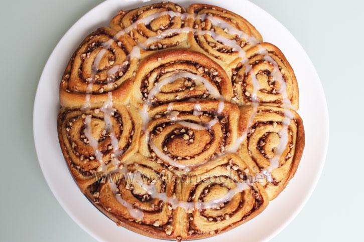 Zimtschnecken Rezept - Cinnamon Rolls mit Zuckerglasur bestreichen