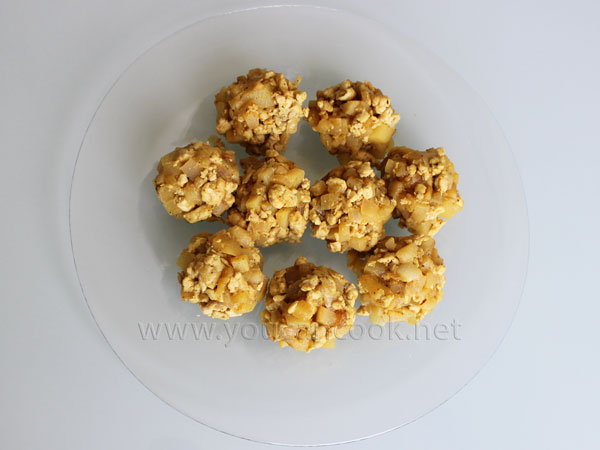 Hähnchen-Curry-Füllung in gleich große Portionen aufteilen